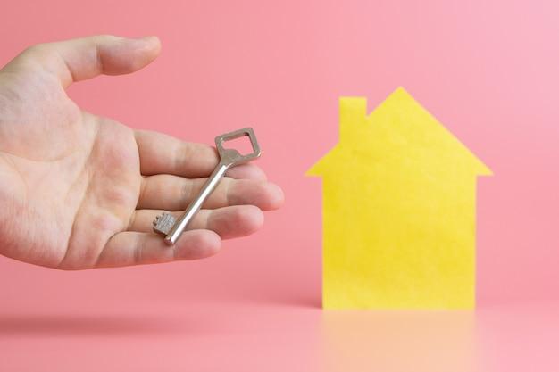 Conceito de habitação de aluguel, mão com chave - símbolo de comprar