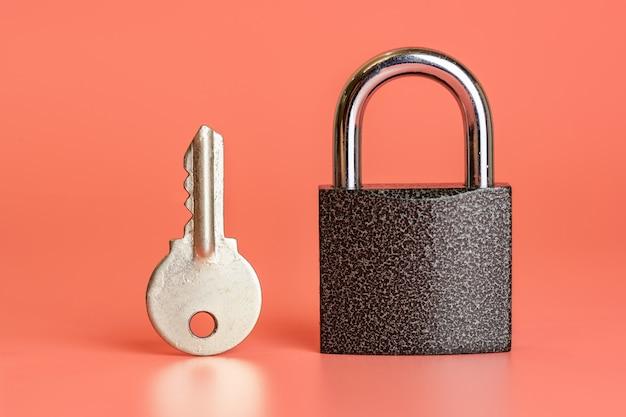 Conceito de hacking de segurança de cadeado chave e fechado