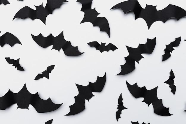 Conceito de halloween e decoração - morcegos de papel voando