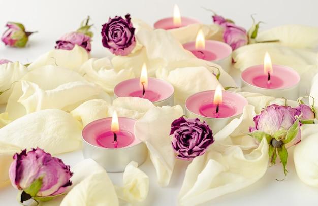 Conceito de harmonia. queima de velas de aroma, rosas secas e pétalas.