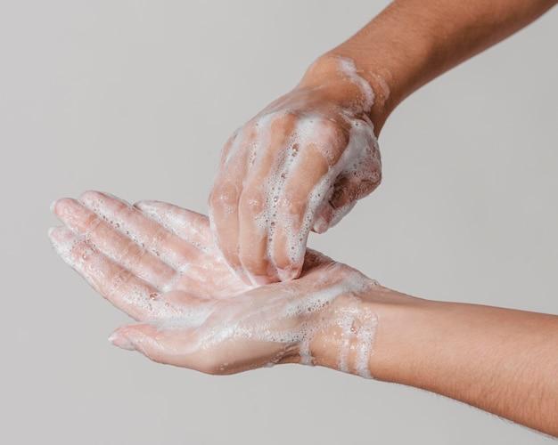 Conceito de higiene de limpeza profunda lavando as mãos com sabão