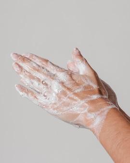Conceito de higiene lateral lavando as mãos com sabonete