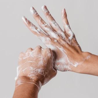 Conceito de higiene lavando as mãos com sabonete
