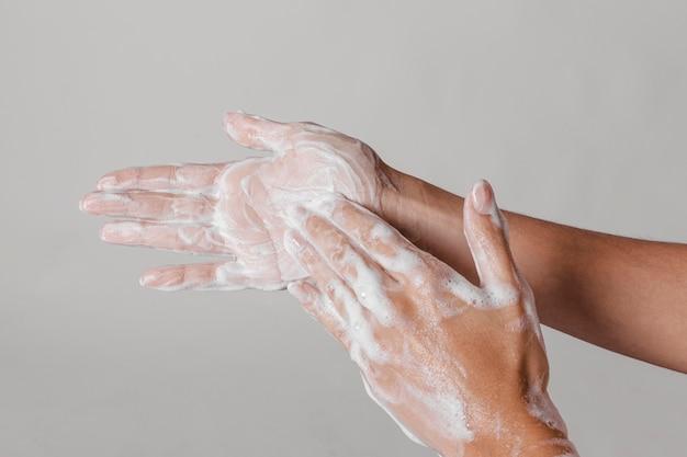 Conceito de higiene lavando e esfregando as mãos com sabonete