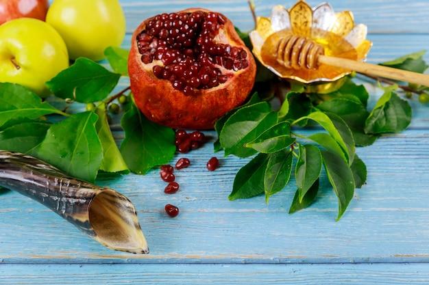 Conceito de hiliday judaico de yom kippur. comida e chifre na mesa azul.