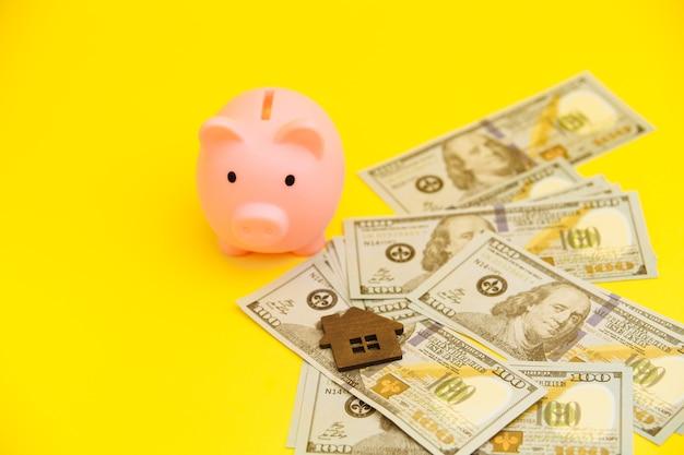 Conceito de hipoteca. cofrinho e moedas próximas.