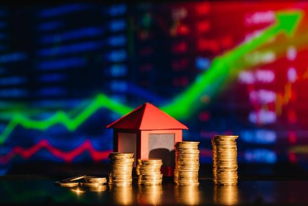 Conceito de hipoteca pela casa de dinheiro de moedas, finanças e conceito de fundo de empréstimo