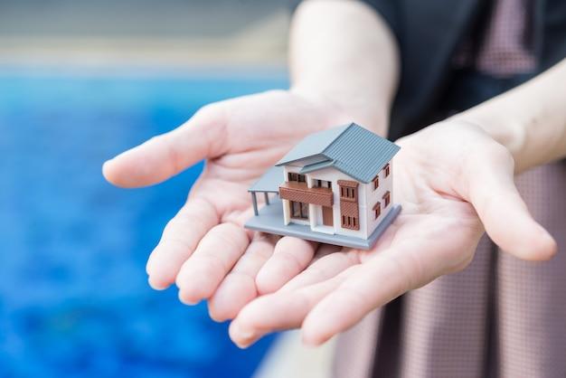 Conceito de hipoteca por casa de na mão.