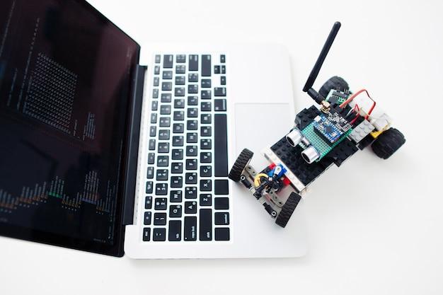 Conceito de hobby de desenvolvimento de tecnologia de eletrônica diy para construção de brinquedo