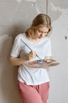 Conceito de hobby, processo de pintura, quarentena de auto-isolamento pandêmico