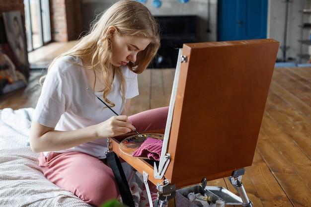 Conceito de hobby, processo de pintura, quarentena de auto-isolamento
