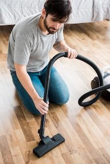 Conceito de homem limpando sua casa