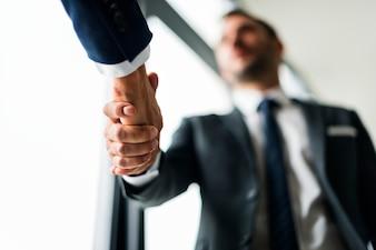 Conceito de homens de negócios de aperto de mão