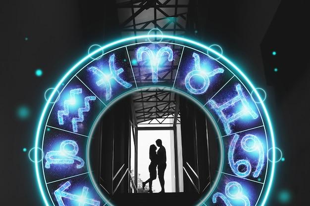 Conceito de horóscopo, casal rapaz e menina no fundo de um círculo com os signos do zodíaco, a astrologia. foto conceitual de um casal com combinação perfeita entre os signos do zodíaco.