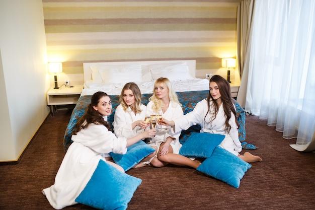 Conceito de hotel, viagens, amizade e felicidade - namoradas sorridentes se divertindo.