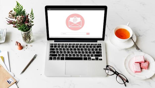 Conceito de ícone gráfico de envelope de comunicação de mensagem online blog