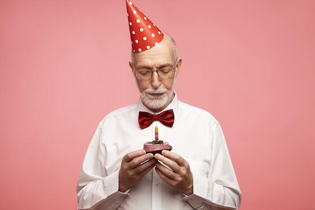 Conceito de idade, idosos, aniversário e celebração.