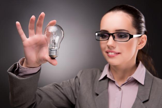 Conceito de ideia brilhante com mulher empresária
