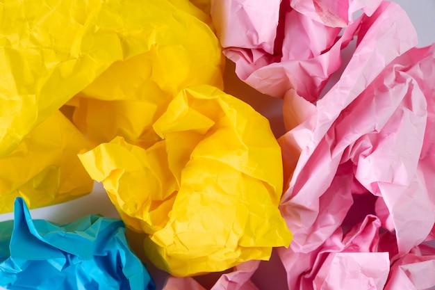 Conceito de idéia criativa fundo com bola de papel desintegrado colorido