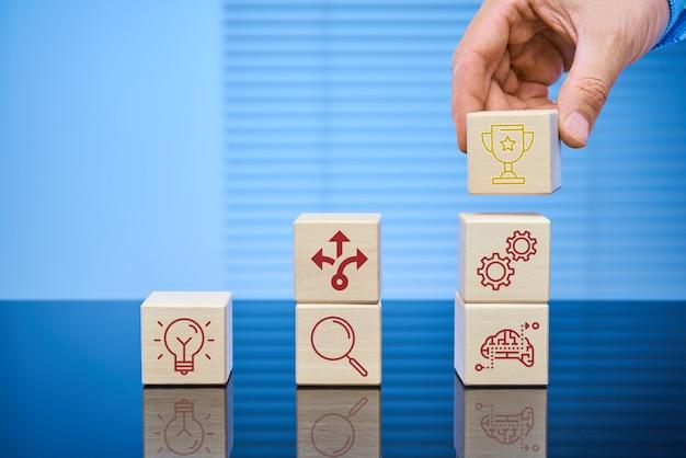 Conceito de ideia criativa, inovação, crescimento, realização de objetivos