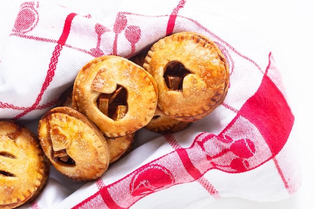Conceito de idéia de comida dos namorados fresco cozido torta de maçã caseira canela em branco