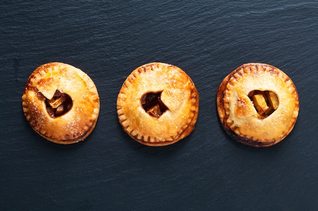 Conceito de idéia de comida dos namorados fresco cozido torta de mão caseira maçã canela no preto