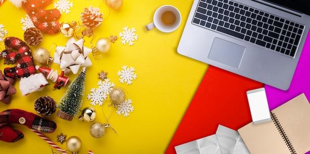 Conceito de idéias de natal e ano novo com itens decorativos festivos Foto Premium