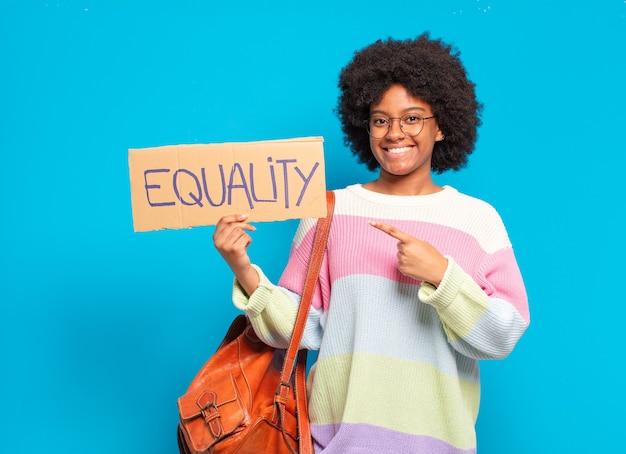 Conceito de igualdade jovem e bonita mulher afro