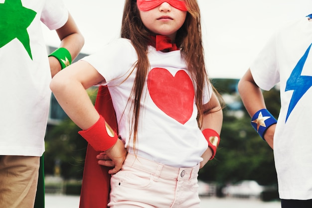 Conceito de imaginação corajosa de menina de menino de super-herói