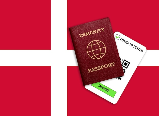 Conceito de imunidade ao coronavírus. passaporte de imunidade e resultado do teste para covid-19 na bandeira da dinamarca.
