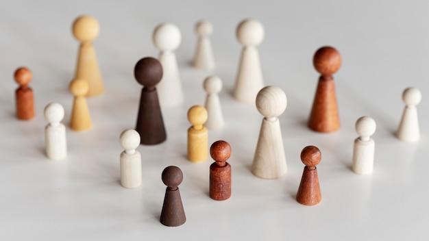 Conceito de inclusão de diversos personagens de madeira em alta vista