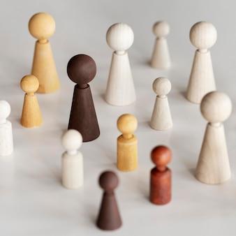 Conceito de inclusão de diversos personagens de madeira