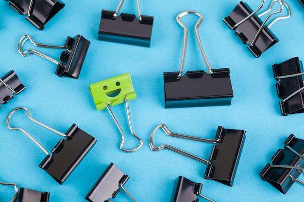 Conceito de individualidade. clipe de papel cuja cor e tamanho diferem daqueles dos outros