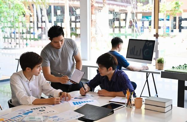 Conceito de inicialização, equipe da reunião de negócios jovem no local de trabalho de escritório.