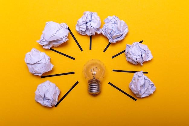 Conceito de inspiração amassado papel e lâmpada metáfora para boa idéia