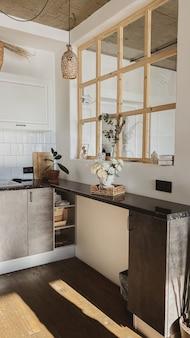 Conceito de interiores de cozinha em casa de estilo escandinavo moderno. design interior boho confortável e aconchegante.