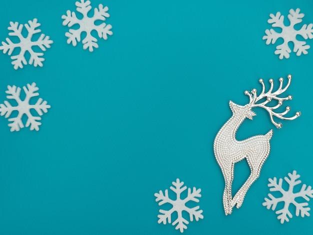 Conceito de inverno de natal com um cervo e flocos de neve brancos