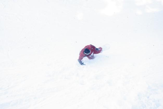 Conceito de inverno, lazer, esporte e pessoas - o snowboarder caiu na neve. snowboarder cai na neve fresca