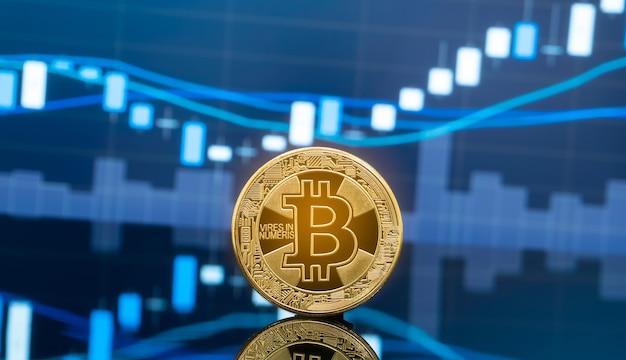 Conceito de investimento em bitcoins e criptomoedas. moedas bitcoin de metal físico com gráfico de preços de mercado de câmbio de comércio global em segundo plano.
