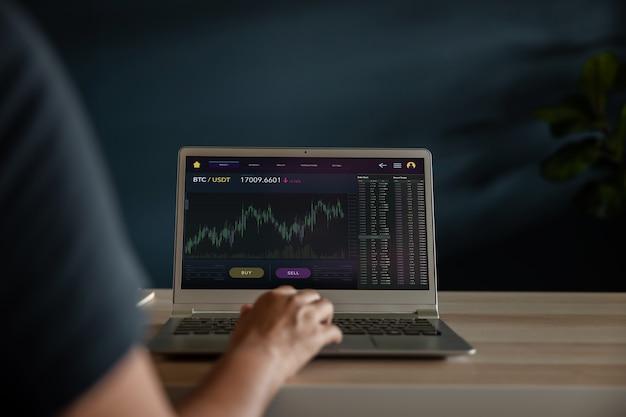 Conceito de investimento em criptomoeda. pessoa que usa laptop em casa para comprar e vender bitcoin por meio da plataforma de troca online. blockchain, tecnologia fintech. inovação de investimento financeiro