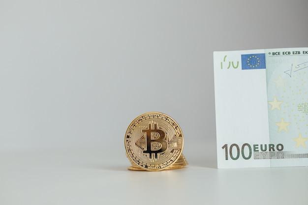 Conceito de investimento em criptomoedas de notas de euro e bitcoin. moeda de ouro de bitcoin de dinheiro e criptografia de euro.