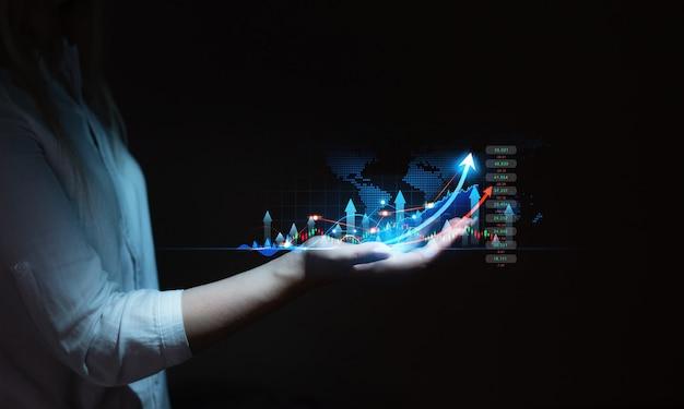 Conceito de investimento no mercado de ações e criptomoeda. jovem mulher de negócios ou comerciante segurando a mão