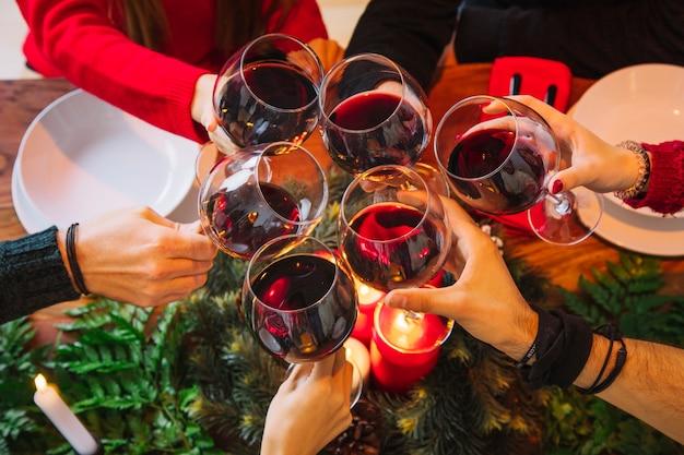 Conceito de jantar de natal com vinho tinto