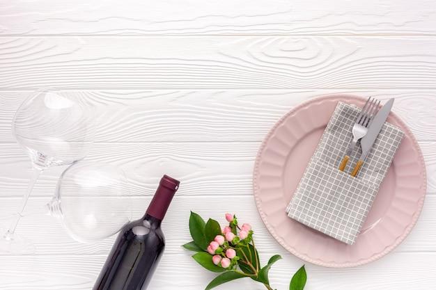 Conceito de jantar romântico. mesa romântica com vinho, taças e caixa vermelha