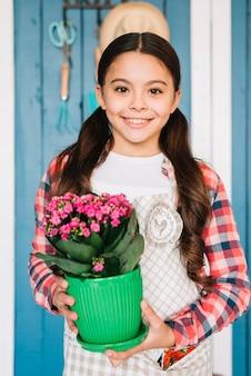 Conceito de jardinagem com menina e planta