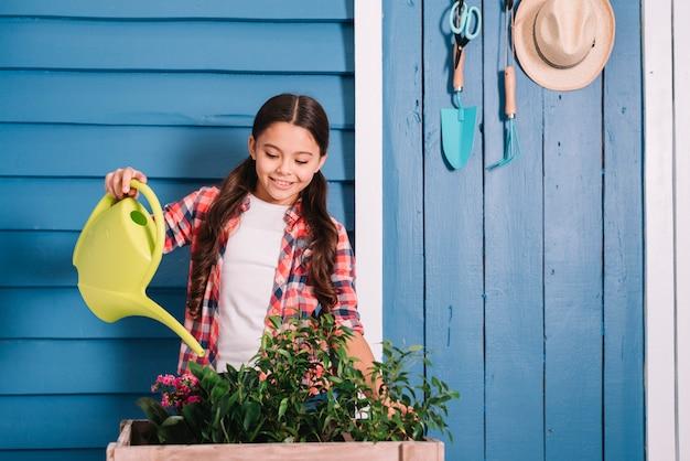 Conceito de jardinagem com menina