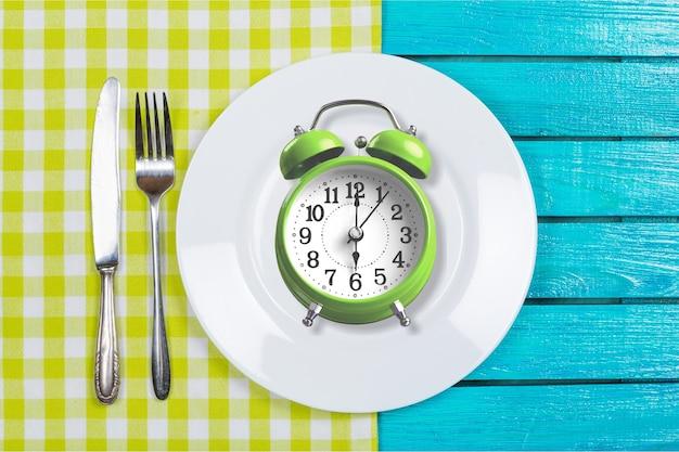 Conceito de jejum intermitente acima do atraso do relógio do café da manhã