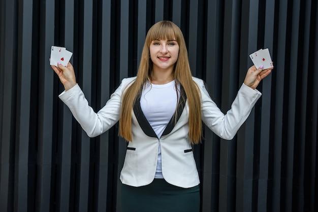 Conceito de jogo. mulher feliz e animada segurando uma combinação de quatro ases