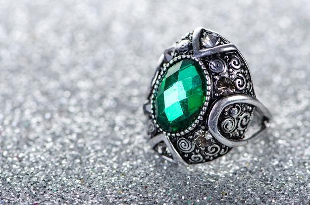 Conceito de jóias com anel no fundo brilhante