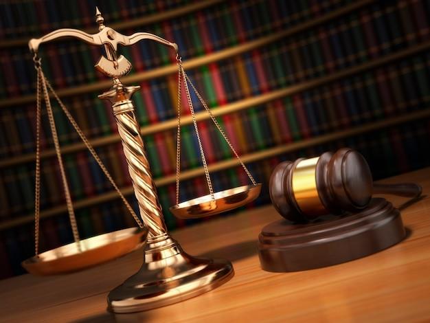 Conceito de justiça. martelo, escalas douradas e livros na biblioteca com efeito dof. 3d